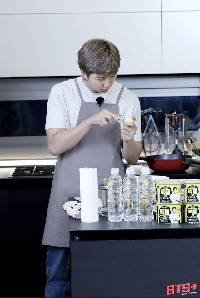 Meracik Salad, RM BTS Tak Tahu Cara Pegang Pisau?