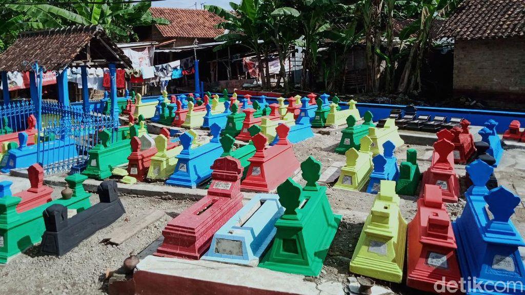 Saat Makam di Klaten Dicat Warna-warni Jelang Ramadan