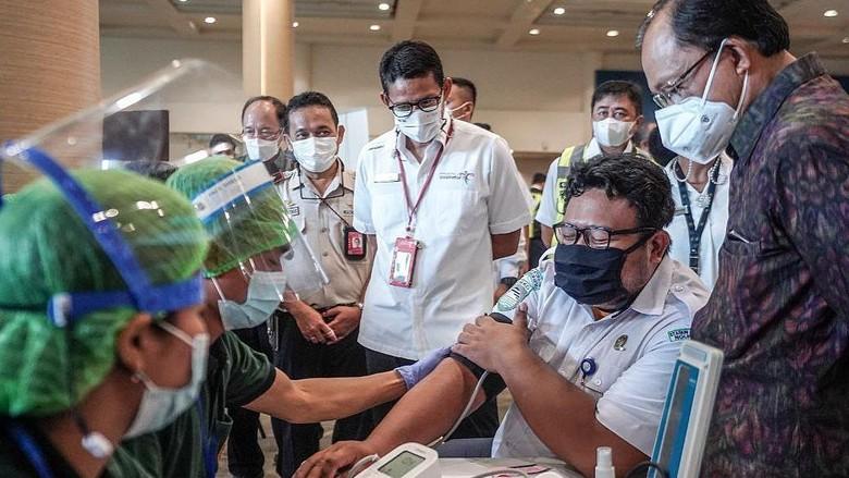 Kunjungan Sandiaga Uno meninjau vaksinasi di Bandara Ngurah Rai Bali.