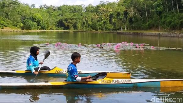 Situ Wangi Ciamis akan menjadi sebuah destinasi multifungsi. Mulai dari ketersediaan air baku, rekreasi, wisata legenda, hingga wisata olahraga, terutama dayung. (Dadang Hermansyah/detikTravel)