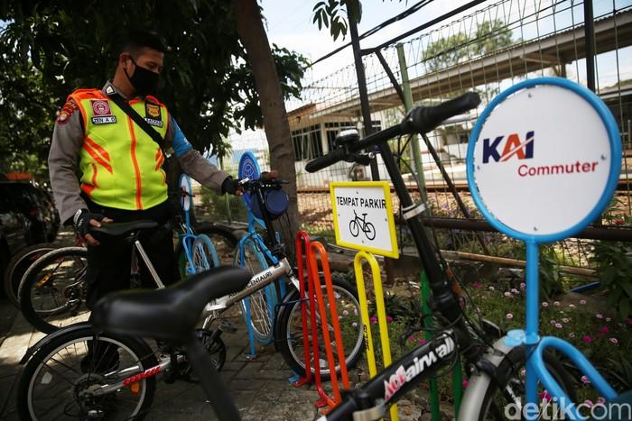 Petugas mengecek sepeda yang terparkir di Stasiun Bekasi, Jawa Barat, Senin (22/3/2021).