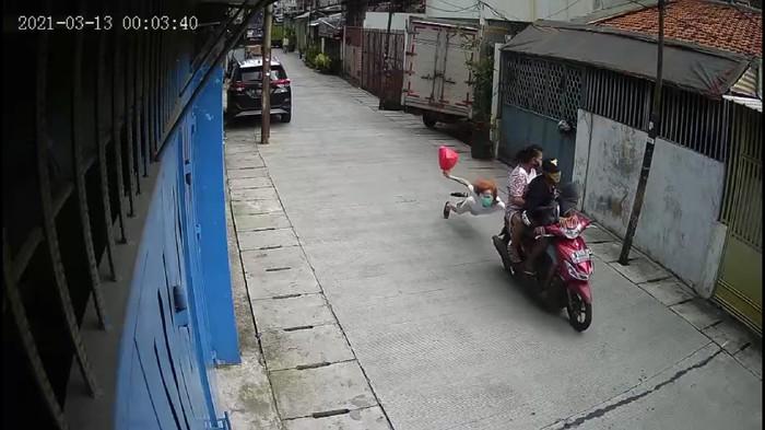 Tangkapan layar video viral lansia di Tamansari dijambret pemotor yang bawa anak kecil. Foto dari tangkapan layar video viral
