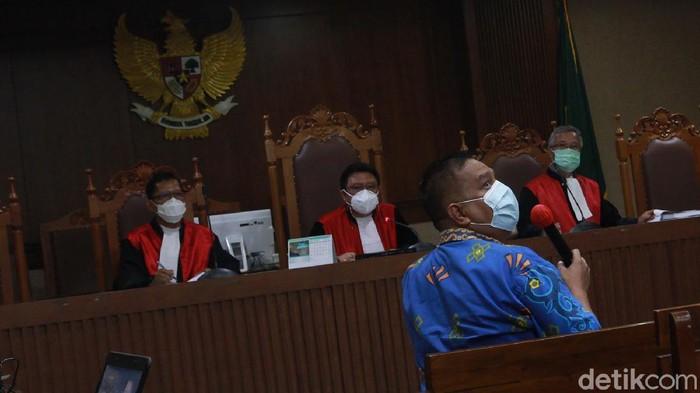 Harry Van Sidabukke dan Ardian Iskandar Maddanatja jalani sidang kasus korupsi bansos Corona. Eks Menteri Sosial Juliari Batubara bersaksi dalam sidang itu.