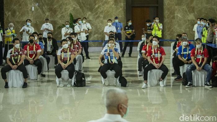 Tim Bulutangkis Indonesia yang sejatinya bertanding di All England 2021 telah tiba di Bandara Soekarno-Hatta, Cengkareng, Senin (22/3/2021). Setelah melakukan penyambutan, para atlet kemudian dicek kesehatannya.