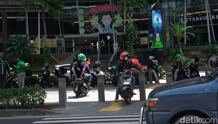 Trotoar penyeberangan pejalan kaki jadi tempat putar balik pemotor di Jl Prof Dr Satrio, Kuningan, Jaksel, 22 Maret 2021. (Kadek Melda Luxiana/detikcom)