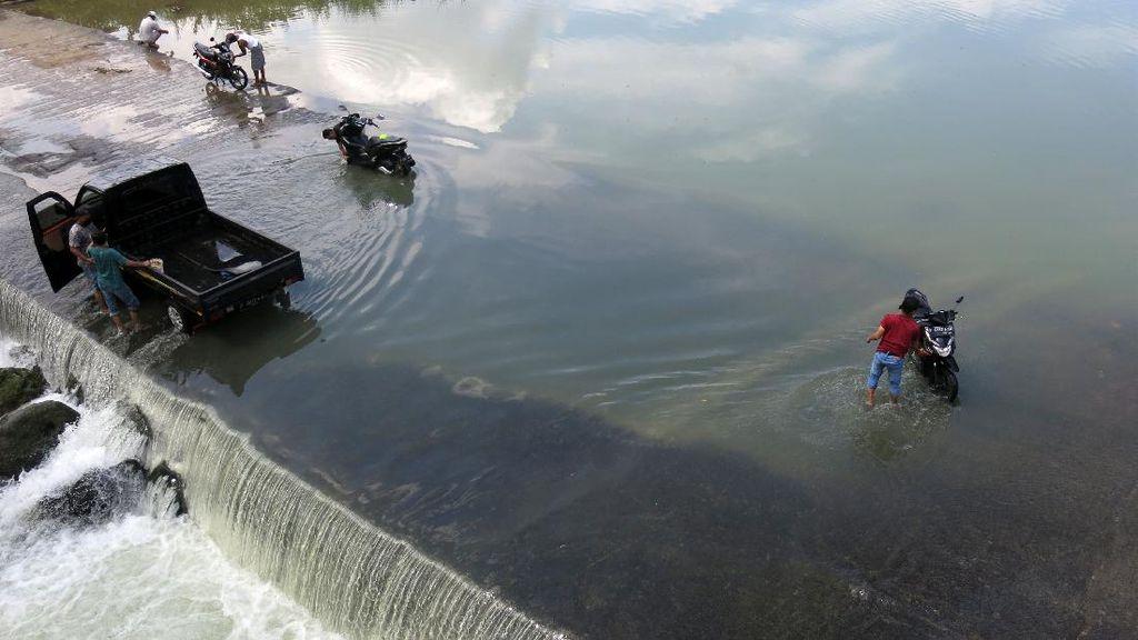 Warga Bogor Manfaatkan Luapan Sungai untuk Cuci Mobil-Motor