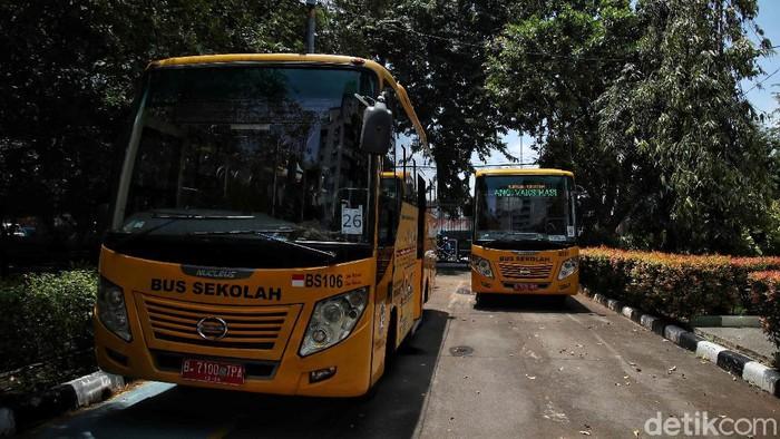 Puluhan unit bus sekolah disediakan Dishub DKI Jakarta untuk antar jemput warga lansia. Bus itu disediakan sebagai bagian dari pelaksanaan vaksinasi COVID-19.