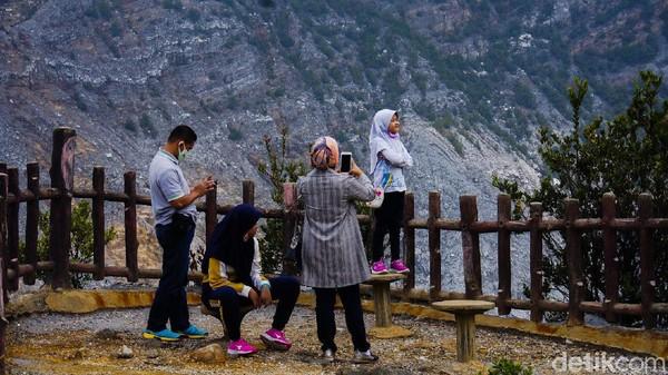 Gunung Tangkuban Perahu yang memiliki ketinggian 2.048 mdpl itu merupakan destinasi favorit wisatawan. Ada beberapa kawah yang bisa dijajal pengunjung, di antaranya Kawah Ratu, Kawah Domas, dan Kawah Upas.