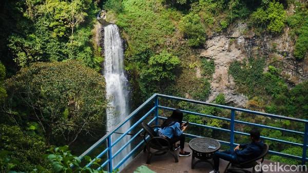 Berada di ketinggian 1.400 meter di atas permukaan laut (mdpl), Curug Layung menjadi destinasi yang wajib dijajal wisatawan. Harga tiket masuk ke Wisata Curug Layung cuma seharga Rp 10 ribu saja. (