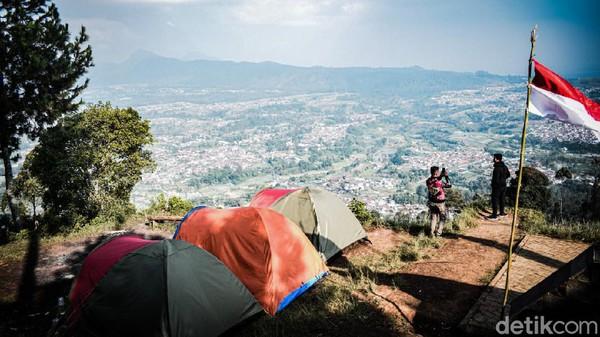 Berada di ketinggian 1.587 mdpl, Gunung Putri Lembang jadi salah satu objek wisata bertema alam paling ramai dikunjungi. Wisatawan bisa melepas penat dengan melakukan forest healing. Jika tak suka berkemah, hiking bis jadi pilihan.