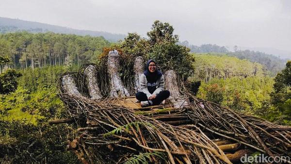 Curug Pelangi Cimahi di Desa Kertawangi, Kecamatan Ngamprah, Bandung Barat menyuguhkan pemandangan air terjun yang keren. Ada banyak spot foto juga di sini. Untuk ke sini, traveler harus meniti 587 anak tangga dari pintu masuk curug hingga ke air terjunnya.