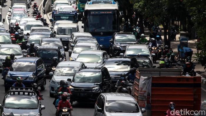 Arus lalu-lintas terpantau padat cenderung macet saat melintas di proyek galian utilitas di Jl Tendean, Jakarta Selatan, Selasa (23/3/2021). Kemacetan terlihat sejak dari flyover Mampang Prapatan arah Blok M hingga titik galian.