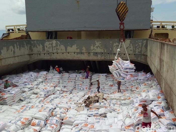 Sebanyak 3.000 ton beras Vietnam sisa impor pada 2018 masih ngendon di Banyuwangi. Ribuan ton beras itu tersebar di gudang-gudang Bulog di Banyuwangi.