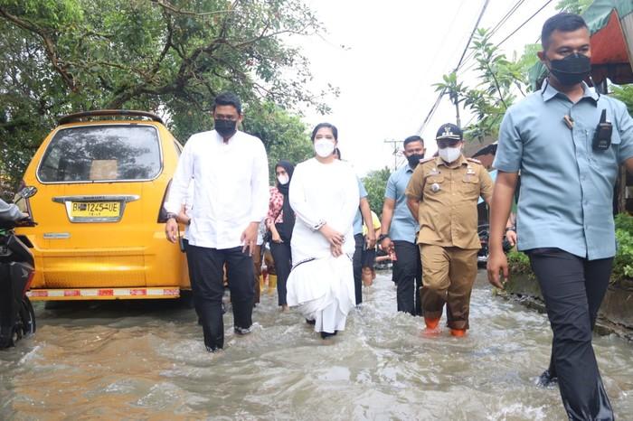 Bobby cek banjir di Medan bareng Kahiyang (dok. Istimewa)