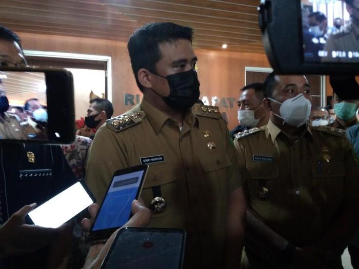 Bobby Nasution (masker hitam)/Datuk Haris-detikcom