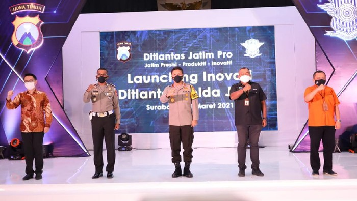 Electronic Trafic Law Enforcement (e-TLE) atau e-Tilang di wilayah Polda Jawa Timur kini diperluas di 55 titik. Penerapan e-Tilang ini dilaunching secara virtual oleh Korlantas Polri dan diikuti serentak 12 Polda di Indonesia.