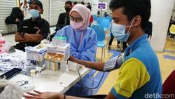 Dinas Kesehatan Kota Depok mulai melakukan vaksinasi COVID-19 dosis pertama kepada pegawai pusat perbelanjaan. Kali ini vaksinasi berlangsung Depok Town Square.