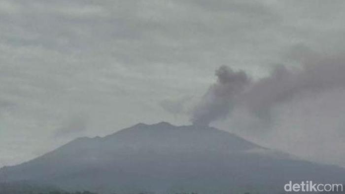 Aktivitas vulkanik Gunung Ruang meningkat. Abu vulkanik gunung setinggi 3.332 mdpl itu menyembur setinggi 1.200 meter.