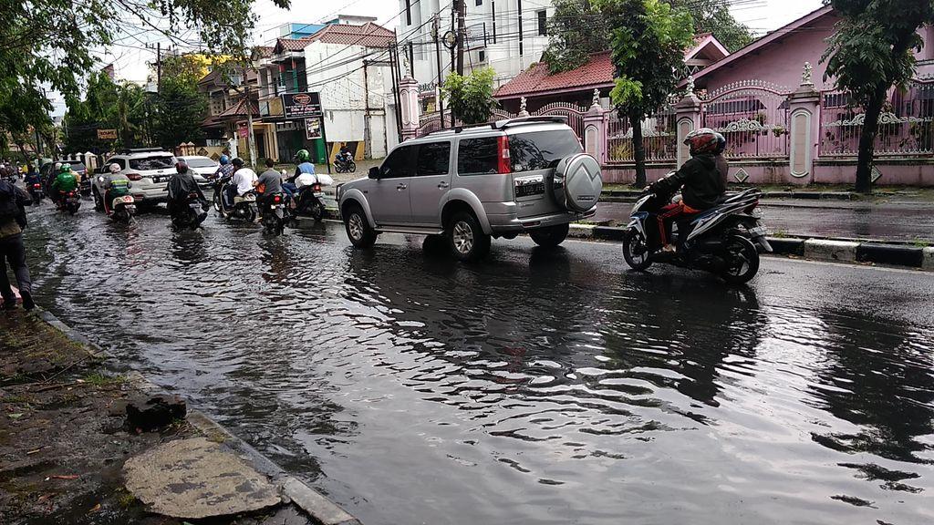 Jalan di Medan tergenang air setelah diguyur hujan 1 jam (Datuk Haris-detikcom)