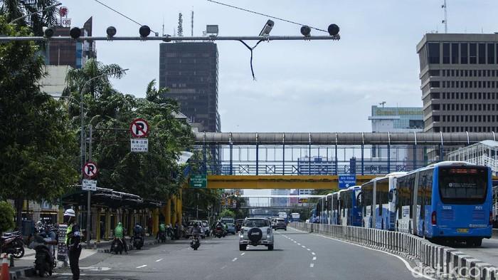 Program electronic traffic law enforcement (ETLE) berskala nasional resmi diluncurkan di 12 Polda. Namun di kawasan Harmoni, Jakarta, ada satu kamera yang menghadap ke langit.