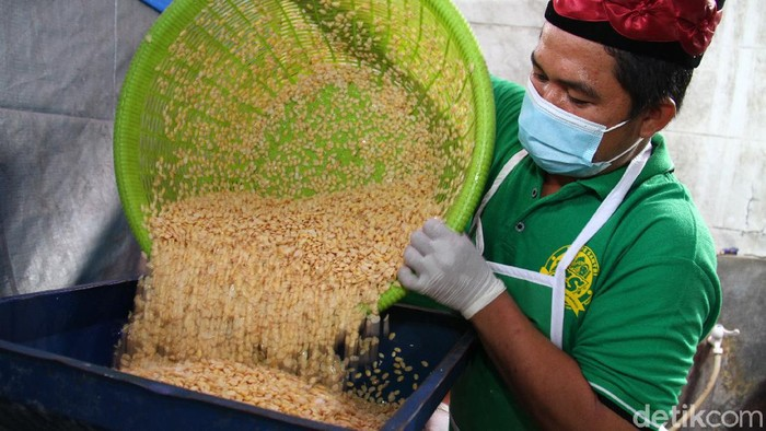 Sejumlah santri di Pondok Pesantren Sirajussa'adah di kawasan Limo, Depok, Jawa Barat, mulai memproduksi tempe lho. Penasaran? Yuk, intip pembuatannya!
