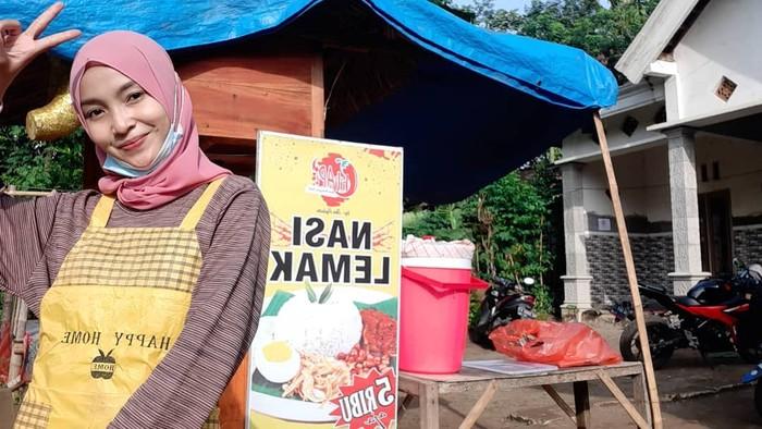 Gadis Cantik Mantan TKW, Sukses Jualan Nasi Lemak di Kediri