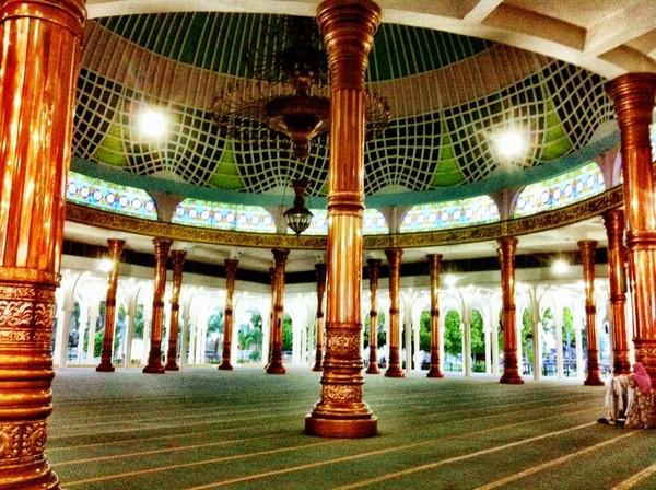 Dirangkum detikcom masjid ini berada di Jalan Sultan Thaha Syaifuddin No 60, Kecamatan Legok. Meski namanya Masjid Seribu Tiang, namun sejatinya jumlah tiangnya tidaklah sebanyak itu.