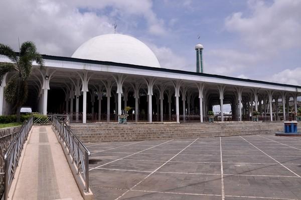 Banyak tempat menarik yang bisa dikunjungi di Jambi. Salah satunya adalah Masjid Agung Al-Falah atau nama lainnya Masjid Seribu Tiang ini.