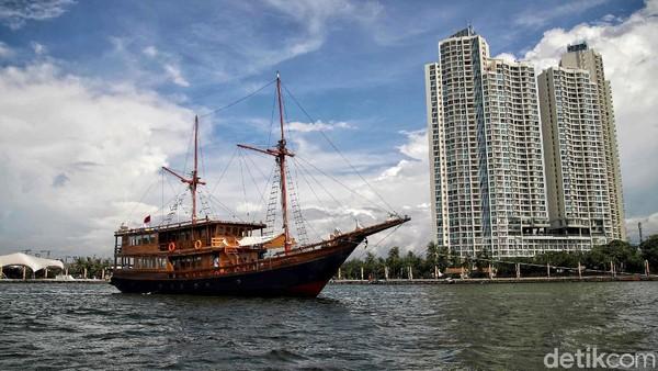 Mengelilingi perairan teluk Jakarta, Augustine Phinisi akan mengajak berwisata bahari ke Kepulauan Seribu yang juga memiliki daya tarik tersendiri di setiap pulaunya.