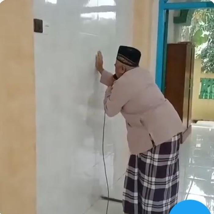 Seorang muazin buta di Banyuwangi tengah menjadi perhatian bahkan sampai viral. Sebab, muazin tersebut bersuara merdu.