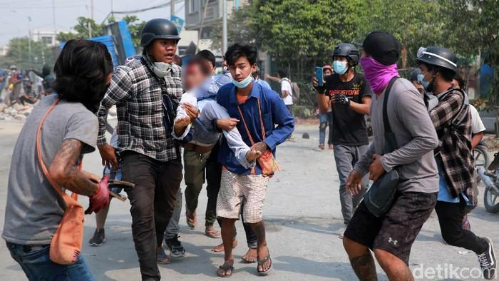 Warga Myanmar hingga kini masih melakukan unjuk rasa. Mereka menolak aksi kudeta yang dilakukan militer Myanmar.