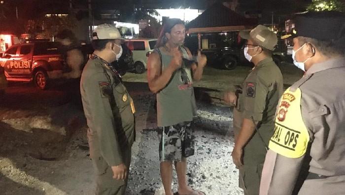 Operasi penegakkan prokes oleh tim gabungan di Bali pada Senin (22/3) malam di Jalan Pantai Batu Bolong, Bali