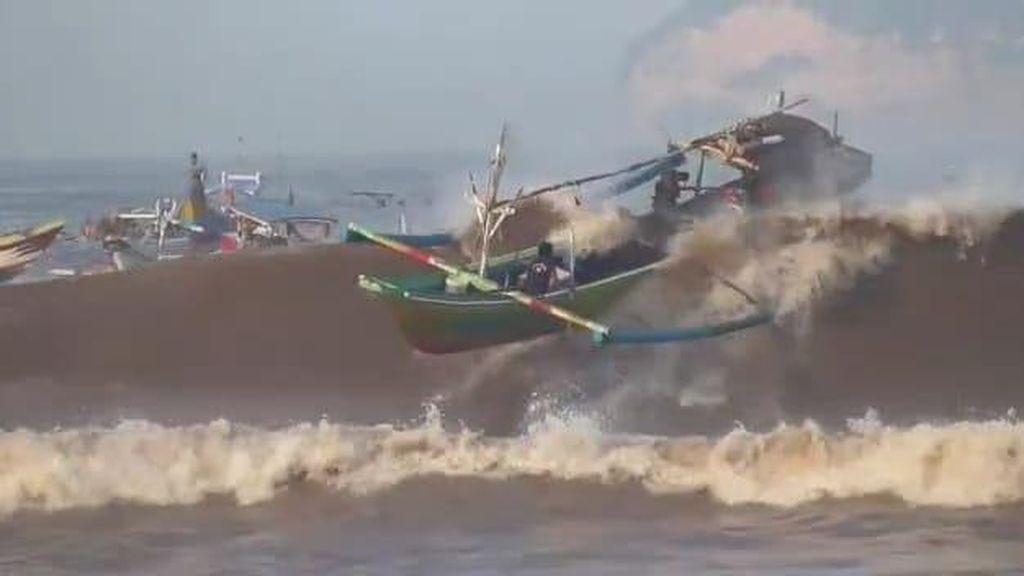 4 Perahu Nelayan Karam dan 1 ABK Hilang Diterjang Ombak Pantai Pancer Jember