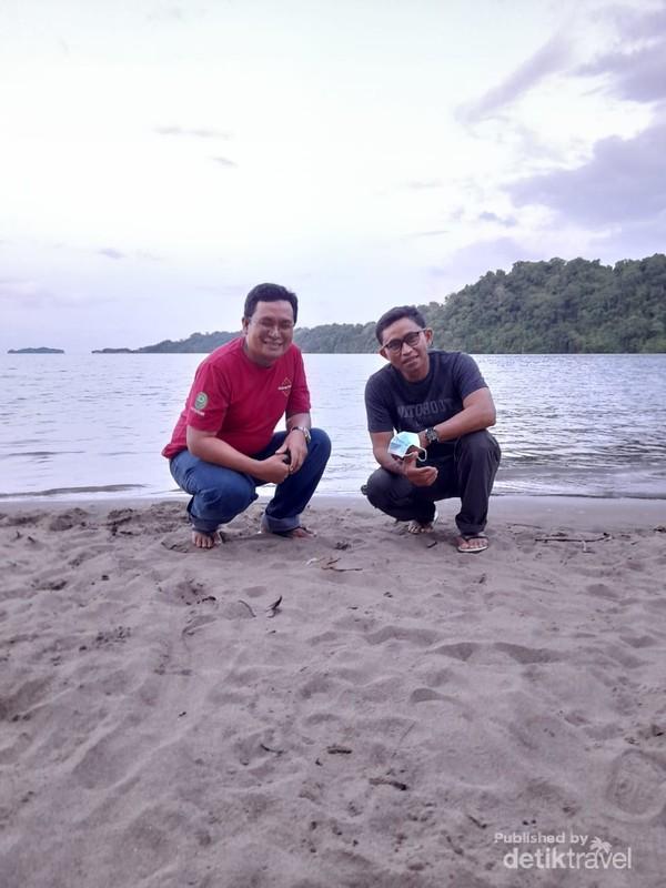 Photo berlatar Pantai Lakban, Pulau Dakokay dan Pulau Putusputus