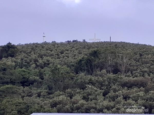 Monumen Salib, Bulan dan Bintang Raksasa yang dapat dilihat dari kejauhan.