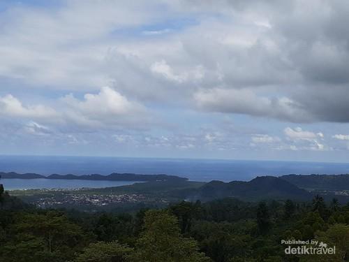 Indahnya Pantai Lakban, Bisa Melihat Salib-Bulan Bintang Raksasa