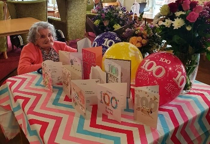 rahasia panjang umur nenek 100 tahun karena suka makan roti panggang.