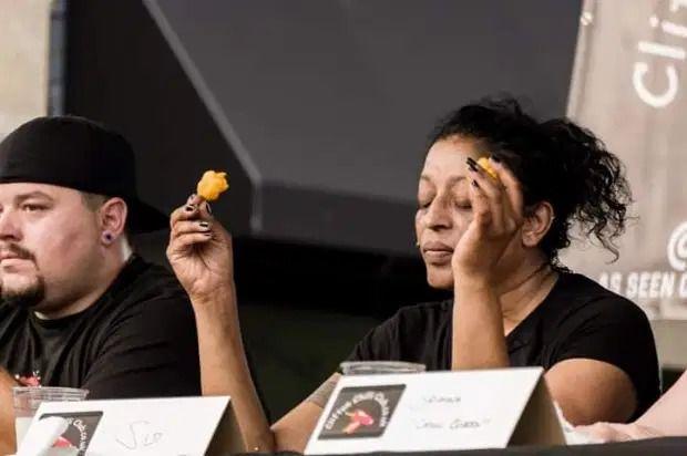 wanita ikut tantangan makan cabe super pedas, keluhkan rasa sakitnya lebih dari melahirkan.