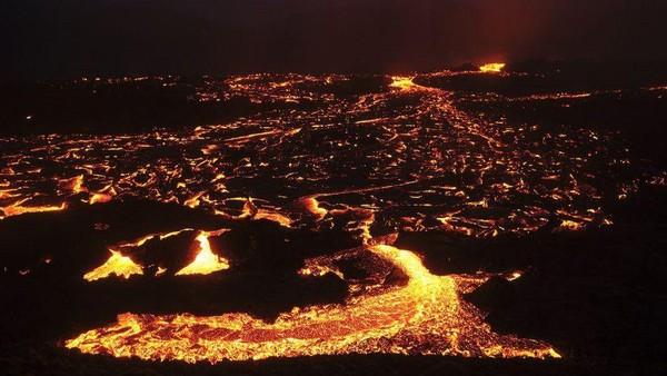 Letusan gunung menerangi langit malam dengan cahaya merah tua dengan gempa kecil yang mengguncang daerah tersebut (Getty Images)