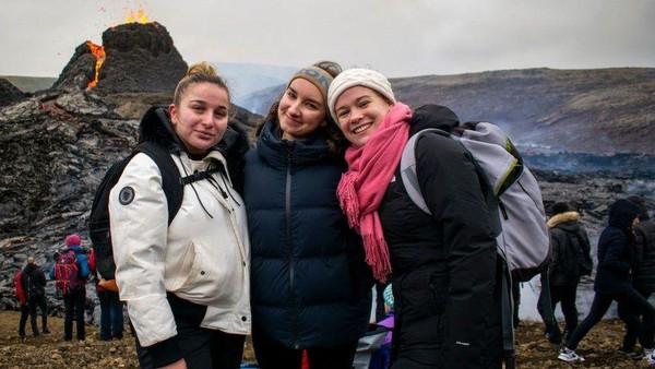 Pendatang begitu antusias. Para ahli menuturkan bahwa letusan gunung tidak berbahaya. (Getty Images)