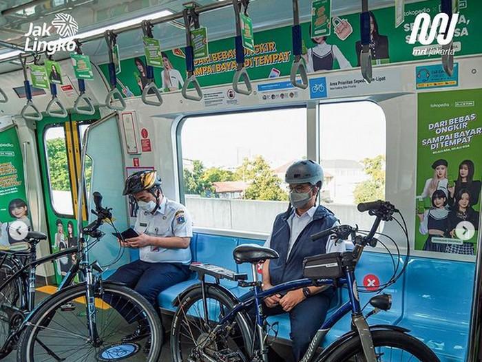Anies Baswedan Bawa Sepeda Naik MRT