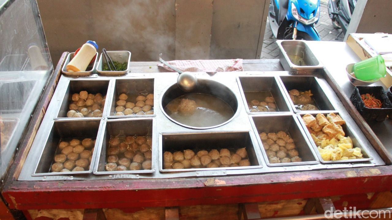 Bakso Mercon Cak Kar, tempat makan bakso di Malang yang terkenal enak dengan pilihan yang beragam.
