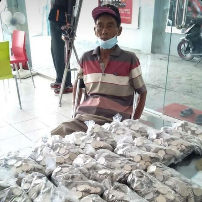 Buruh tani di Magetan membeli motor dengan uang koin. Uang koin itu ia kumpulkan selama 3 tahun.
