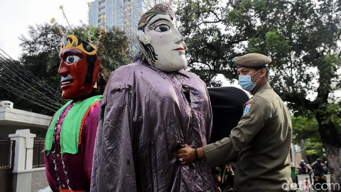 Pemprov DKI Jakarta melarang ondel-ondel digunakan untuk mengamen. Razia pun dilakukan di kawasan Ibu Kota guna melarang ondel-ondel digunakan untuk mengemis.