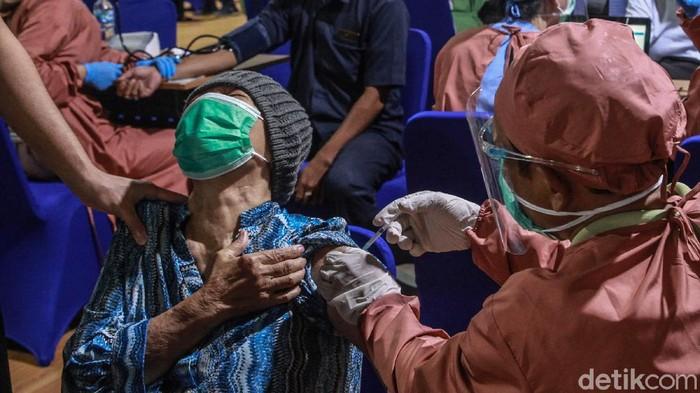 Para Lansia menerima suntikan vaksin COVID-19 di Gedung Balai Besar Pelatihan Kesehatan, Kemenkes, Jakarta Selatan, Rabu (24/3). Begini ekspresi para Lansia saat disuntik.