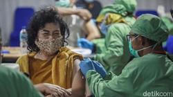 Para Lansia menerima vaksin COVID-19 di Gedung Balai Besar Pelatihan Kesehatan, Jakarta, Rabu (24/3). Begini ekspresi para Lansia saat disuntik.