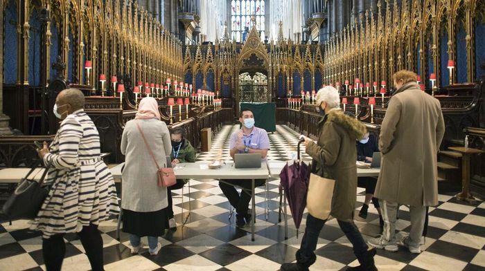 Gereja Westminster Abbey dialihfungsi jadi pusat vaksinasi COVID-19 di Inggris. Ribuan vaksin untuk warga Inggris disediakan di bangunan bersejarah tersebut.