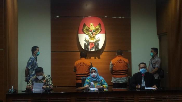 KPK menahan tersangka kasus penerimaan gratifikasi terkait penerbitan HGU, Gusmin Tuarita dan Siswidodo, Rabu (24/3/2021).