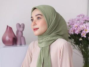 6 Online Shop yang Jual Hijab Plisket, Jadi Tren Hijab 2021