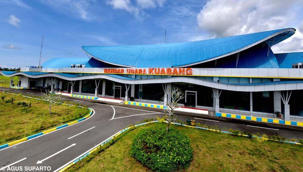 Presiden Jokowi meresmikan Terminal Bandara Kuabang Kao, Halmahera Utara, Maluku Utara, Rabu (24/3). Jokowi minta frekuensi penerbangan ditingkatkan.